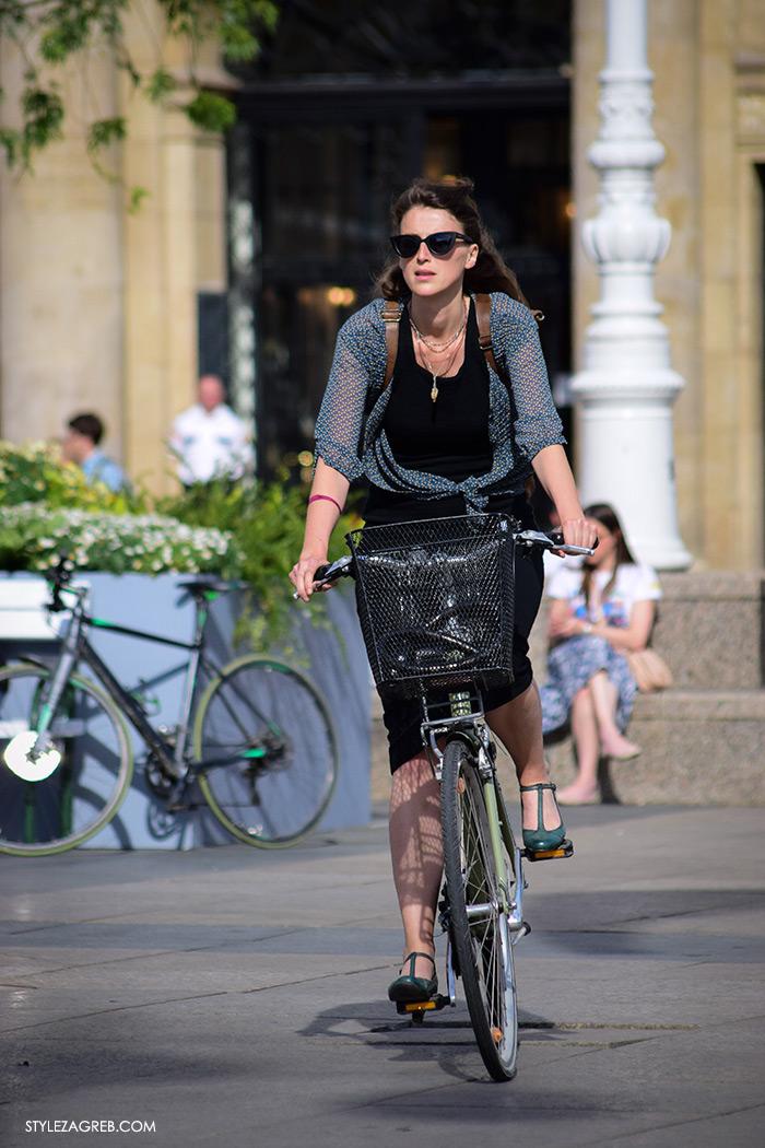 Street style Zagreb Hrvatska lijepa žena na biciklu na Trgu bana Jelačića, ulična moda Zagreb, prosvjed Hrvatska može bolje 1.6.2016.