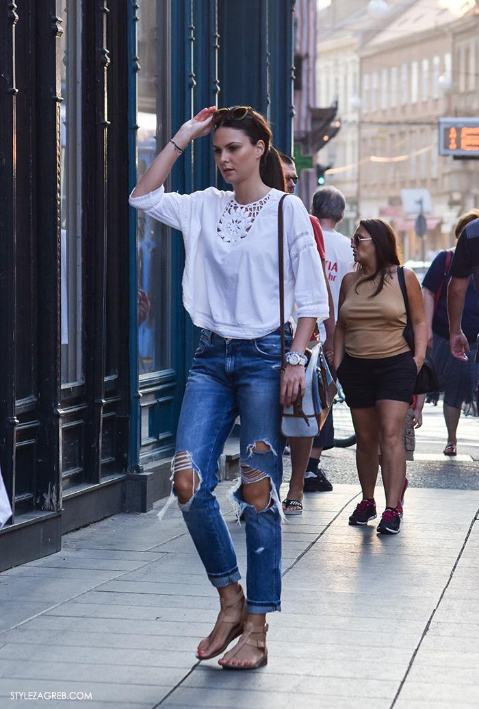 Moda: traperice i bijeli top Zagreb street style, poderane traperice i kožne japanke