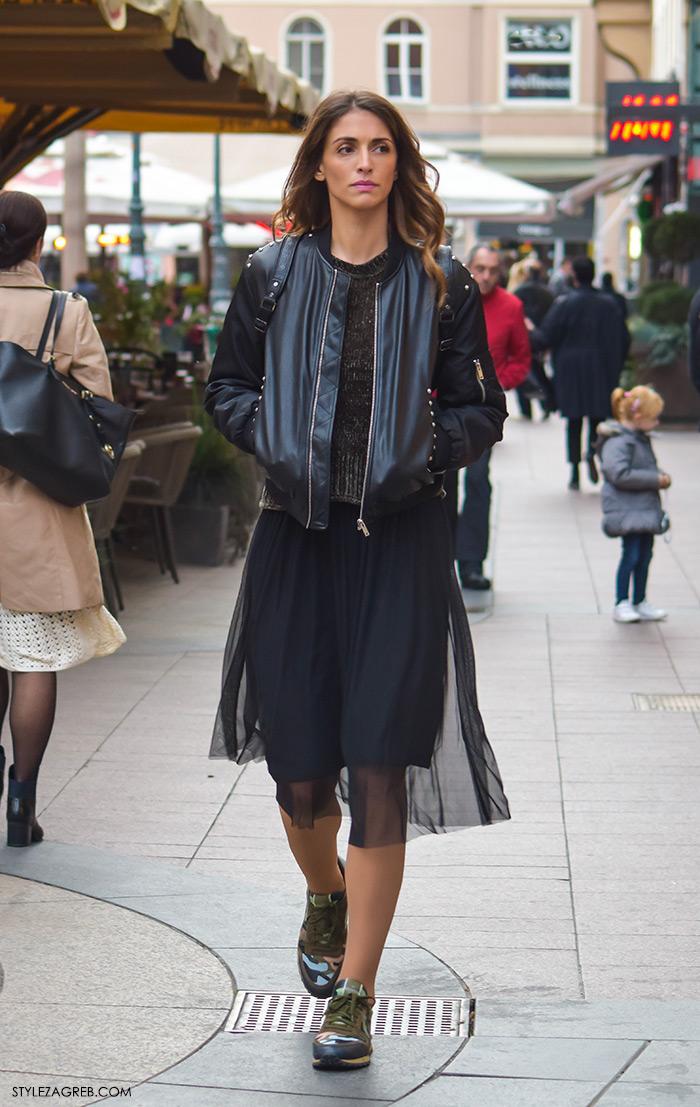 Moda jesen zima 2016 street style Zagreb, špica, subota, kombinacija crna kožna bomber jakna, midi prozirna suknja i tenisice s maskirnim uzorkom