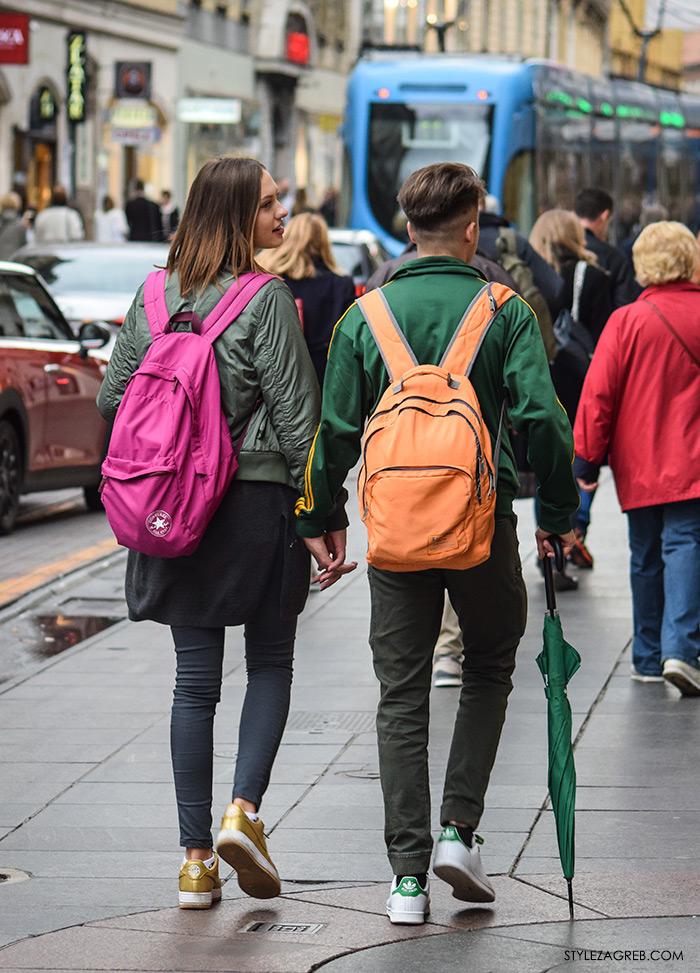 Par ženska muška moda jesen 2016 street style Zagreb ulična moda modna kombinacija zelena bomber jakna narnačasti ruksak adidas tenisice, roza ruksak i zlatne tenisice