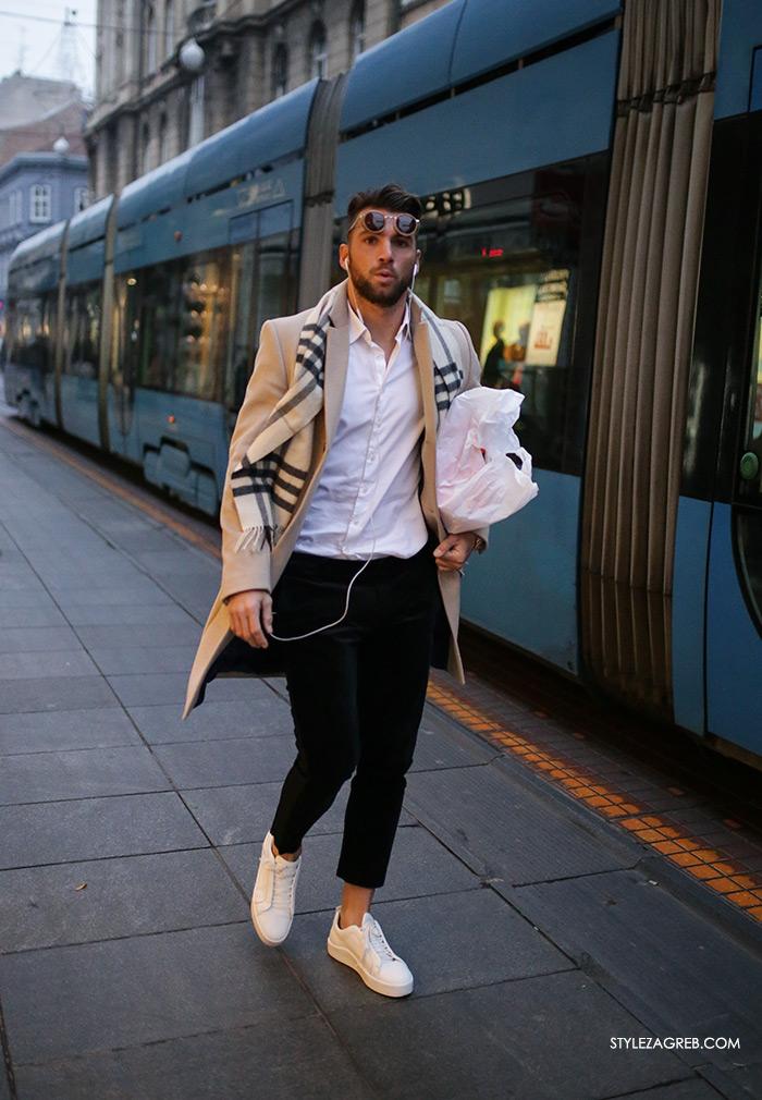 Style Zagreb Advent u Zagrebu špica ulična moda street style subota kombinacija muška moda crne hlače i bijele tenisice, bež kaput