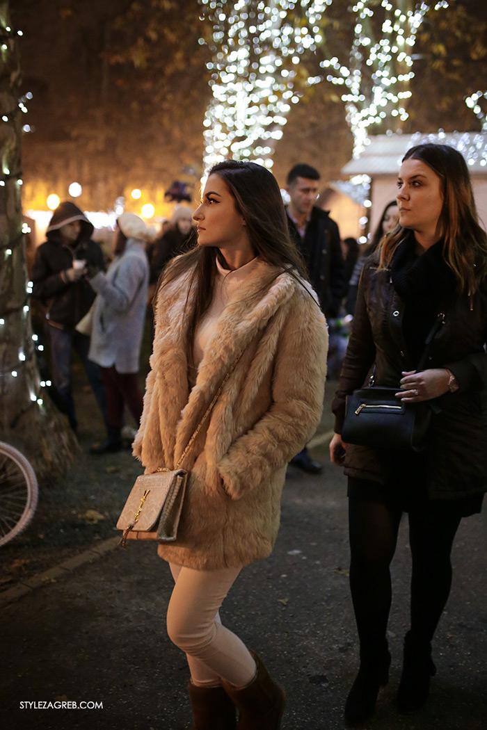 Style Zagreb Advent u Zagrebu špica ulična moda street style subota kombinacija bež bundica i bijele hlače, ženska zimska moda. paljenje lampica na Zrinjevcu