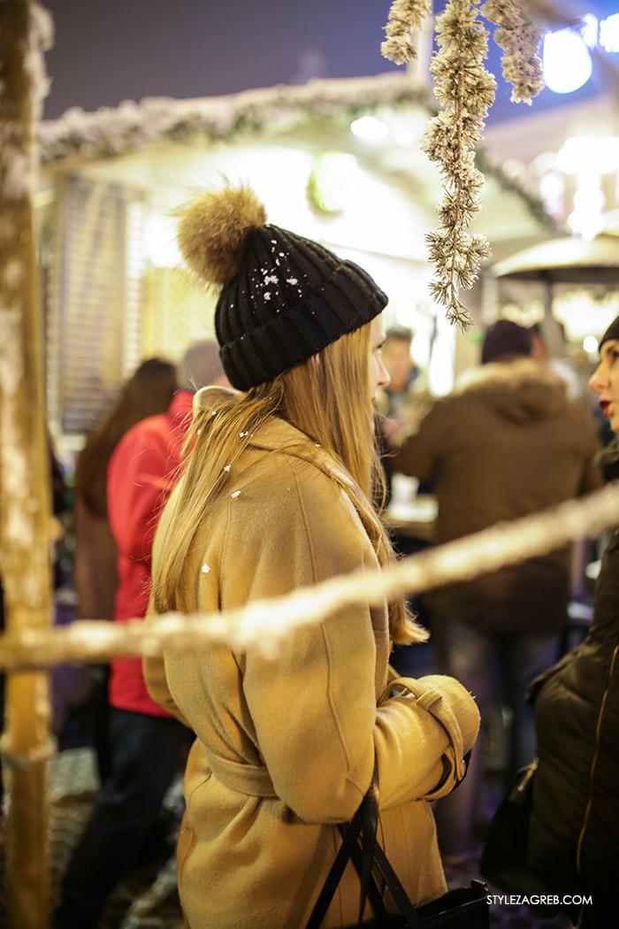 Street Style Zagreb Hrvatska ulična moda Advent u Zagrebu, pletena kapa s krznenim pomponom, sivi kaput, kaput boje devine dlake, Kakve se kape sada nose u Zagrebu pogledajte u ovom prilogu, How to wear a beanie with fur pom pom neutral coat women's fashion winter fashion style outfit ideas