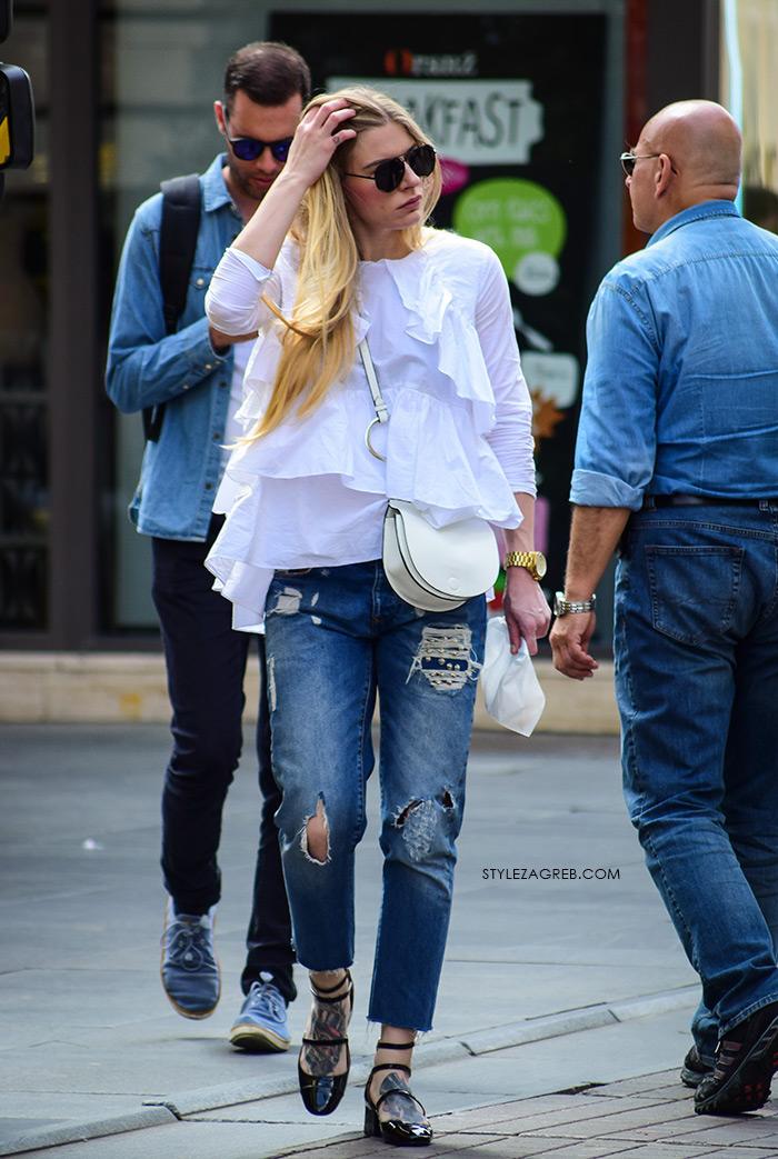 zagrebačka špica proljetna moda street style styling poderane traperice bijele bluza s volanima, mary jane cipele, tetovaža na stopalima