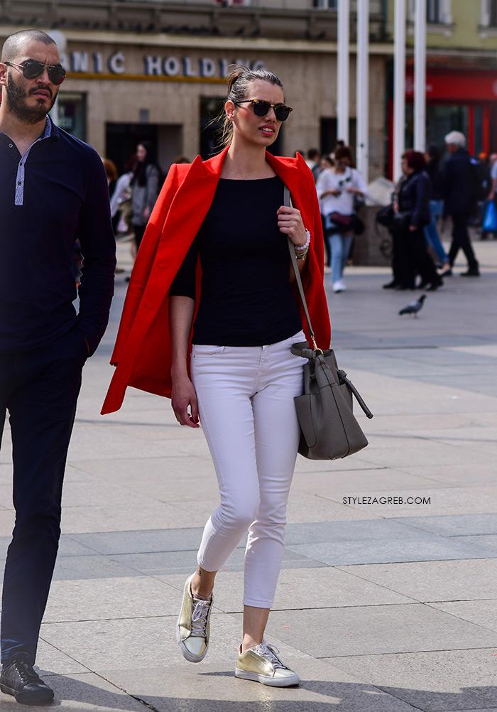 zagrebačka špica proljetna moda street style styling crveni sako i bijele traperice