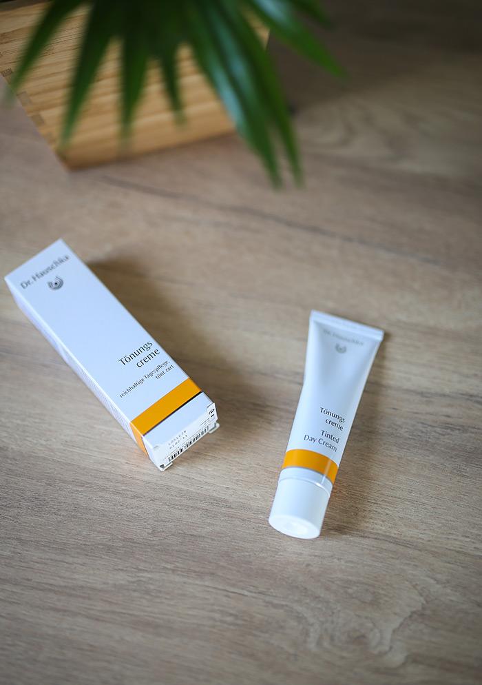 Tonirane kreme Dr. Hauschka beauty blog vlog kako nanositi puder kremu tinted day cream