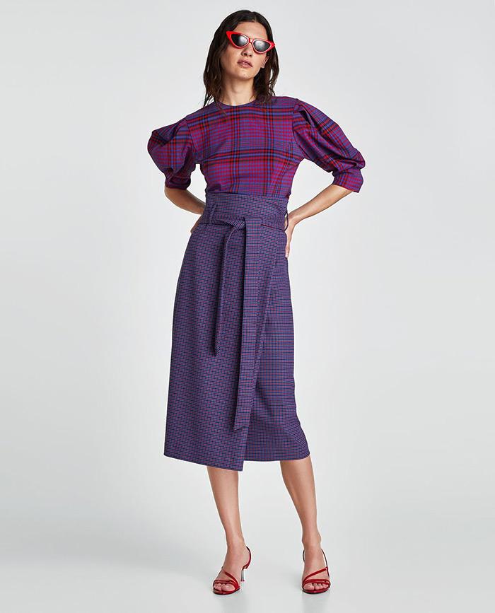 Uska, na preklop, asimetrična, midi duljine - to je u najkraće opisana suknja koju sada žene žele nositi Zara suknja i mačkaste naočale