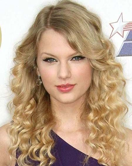 Curls and Wavy Hairstyle of Taylor Swift