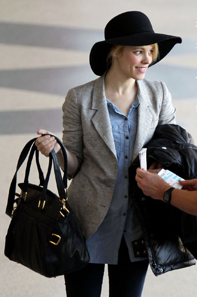 Love how Rachel McAdam looks super relaxed yet stylish walking off a plane ... it's in the hat and the jacket.  Photo: www.alfagroupnews.com