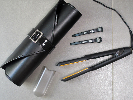 GlamPalm hair iron comes with a leather heatproof clutch, section clips and heat-resistant cap