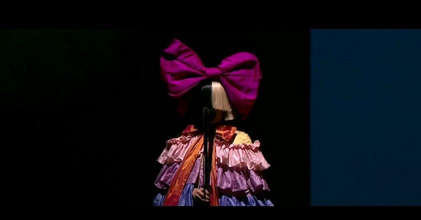 Sia: ecco chi è la star che si nasconde sotto la parrucca