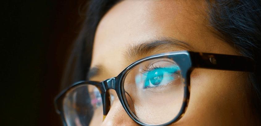 Indossare la mascherina con gli occhiali: i consigli per non farli appannare