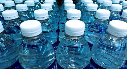 Resultado de imagem para agua garrafa plastico