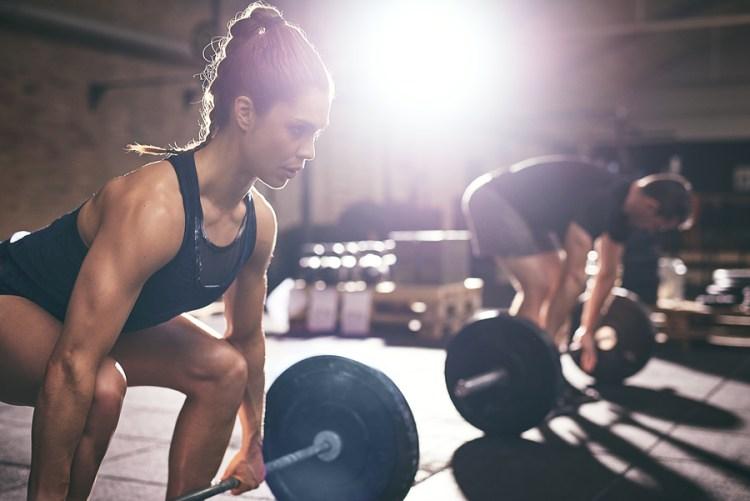 Styrketräning marklyft man och kvinna
