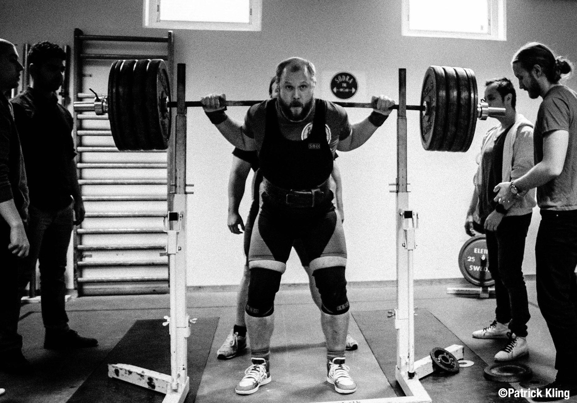 Philip Wildenstam knäböjer på en serietävling i klassisk styrkelyft