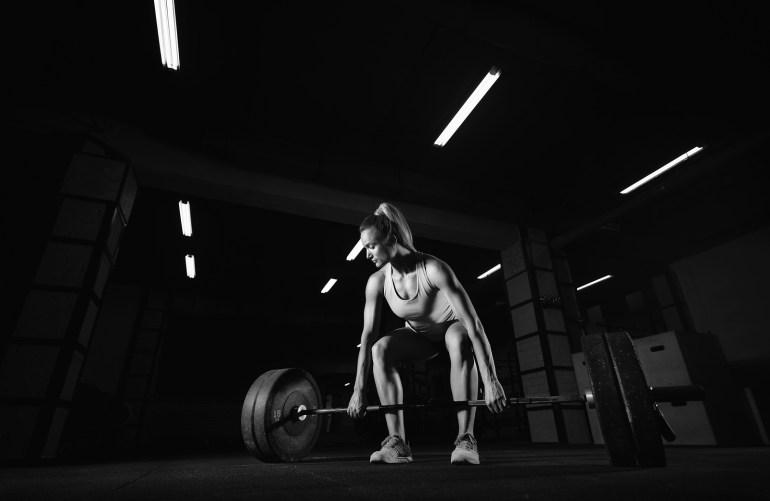 Kvinna som tränar marklyft
