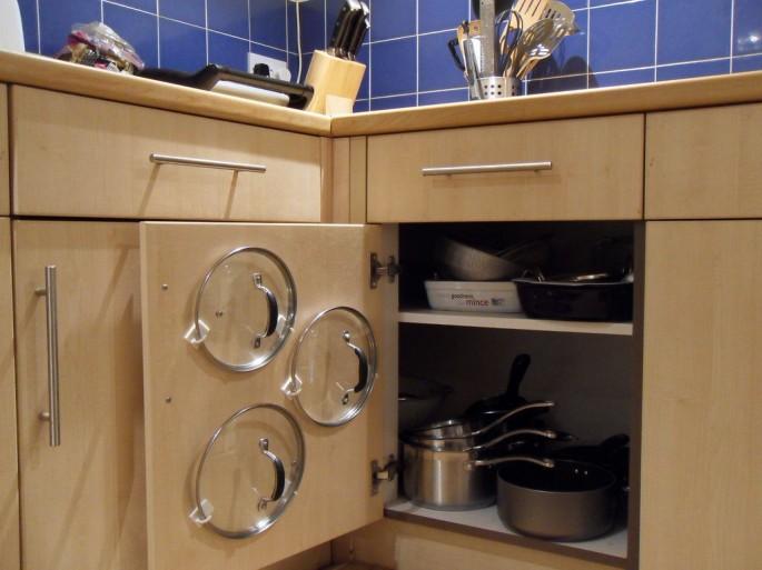 Organizar tampas das panelas no armrio da cozinha