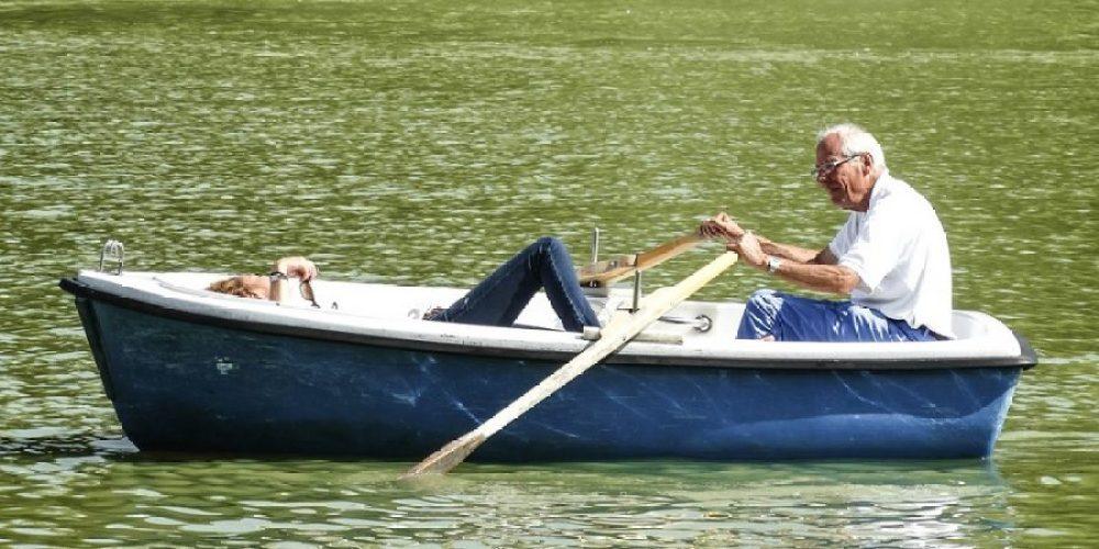 Imagem de um idoso no barco para ilustrar a necessidade de se ter um plano de aposentadoria para viver a velhice tranquilamente.
