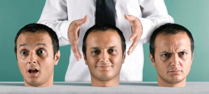 Mãos escolhendo um rosto para ser sua personalidade do dia.