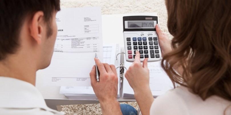Casal pagando as contas juntos e ilustrando o último pote da gestão do eficiente do dinheiro, das necessidades.