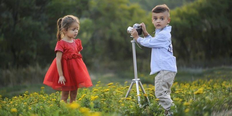 Crianças fazendo o que gostam.