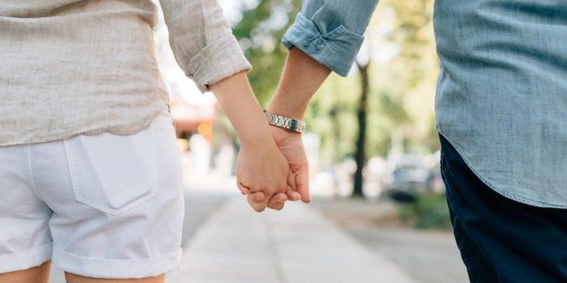 Casal unido para aplicar os 5 passos de como organizar sua vida financeira em casal.