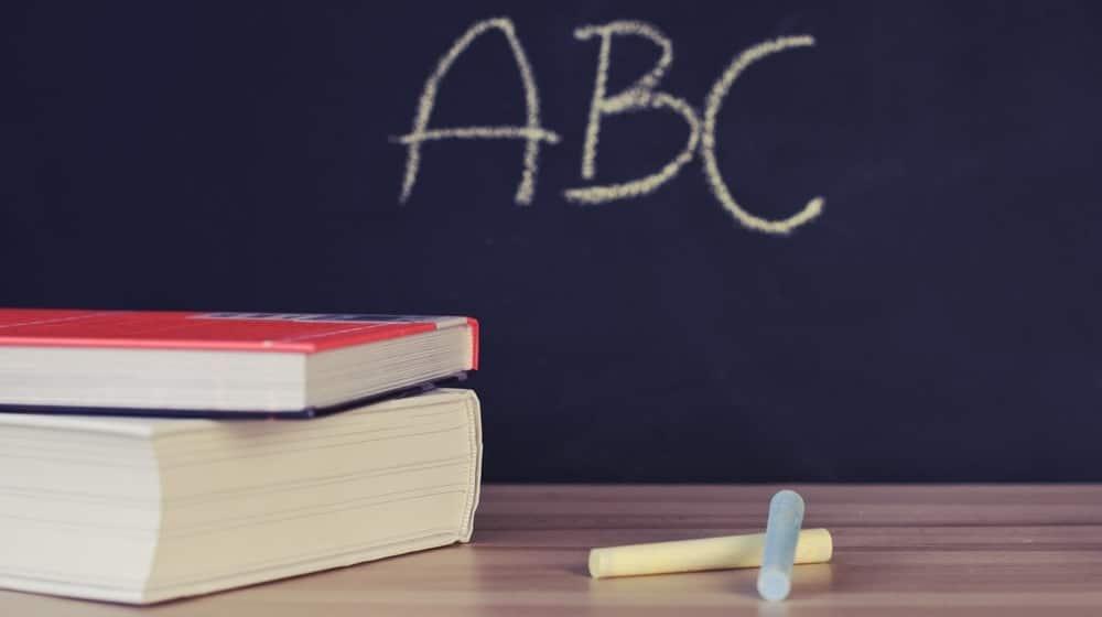 Quadro negro com o ABC, indicando o início da alfabetização, que nesse post é alfabetização financeira.