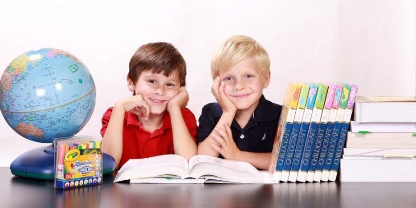 Crianças prontas para aprender, sabendo que a melhor forma de fazer sua alfabetização financeira é pelo exemplo dos pais.