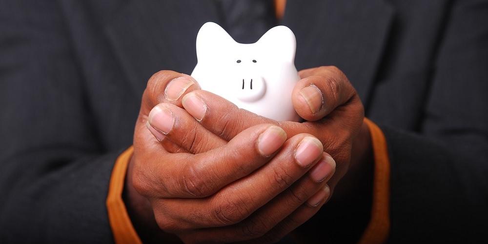 Homem cuidando do seu próprio dinheiro, o que demonstra que ele tem organização financeira.