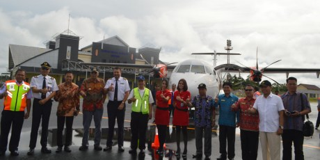 Bupati dan Masyarakat Saksikan Penerbangan Perdana di Bandara Tebelian