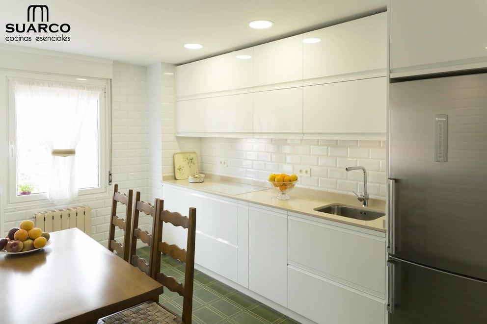 Cocina blanca muy moderna sin tiradores con encimera de