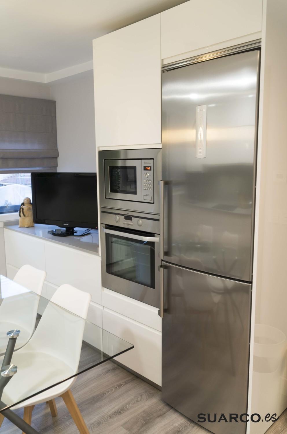Cocina Blanca moderna con mesa de comedor  Cocinas Suarco