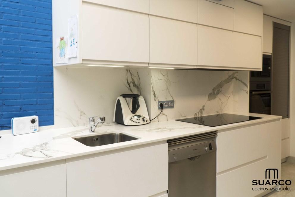 Cocina blanca sin tiradores con dekton  Cocinas Suarco