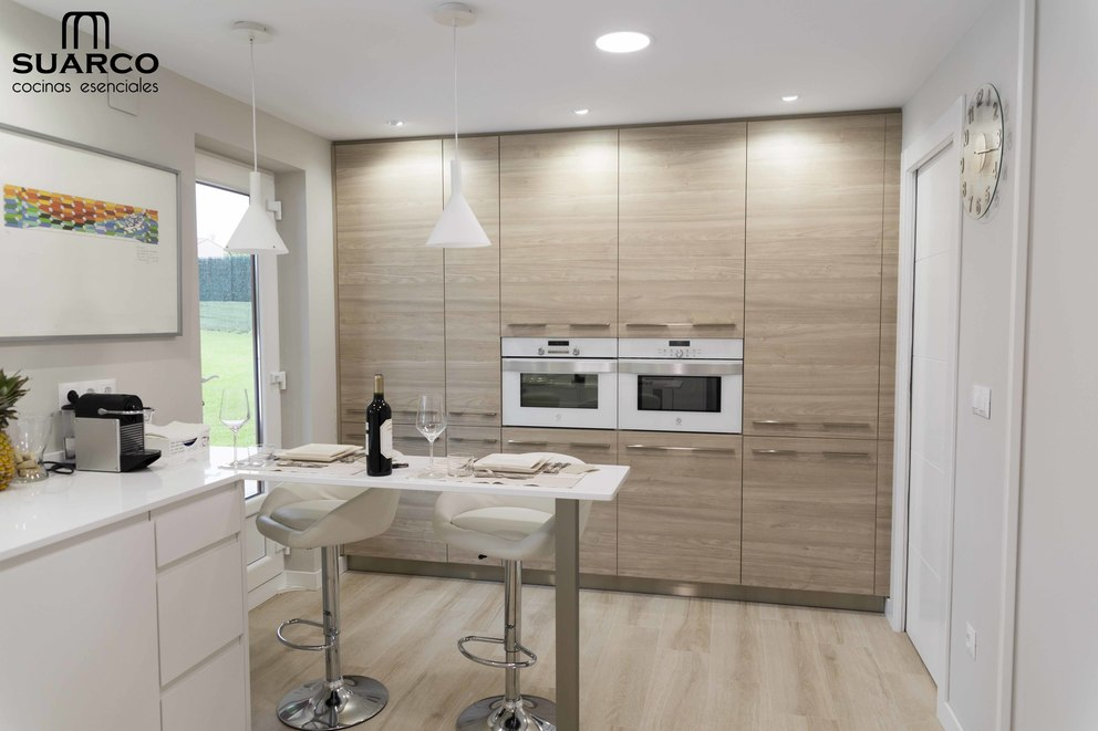 Cocina Nrdica con madera y encimera silestone blanco Zeus
