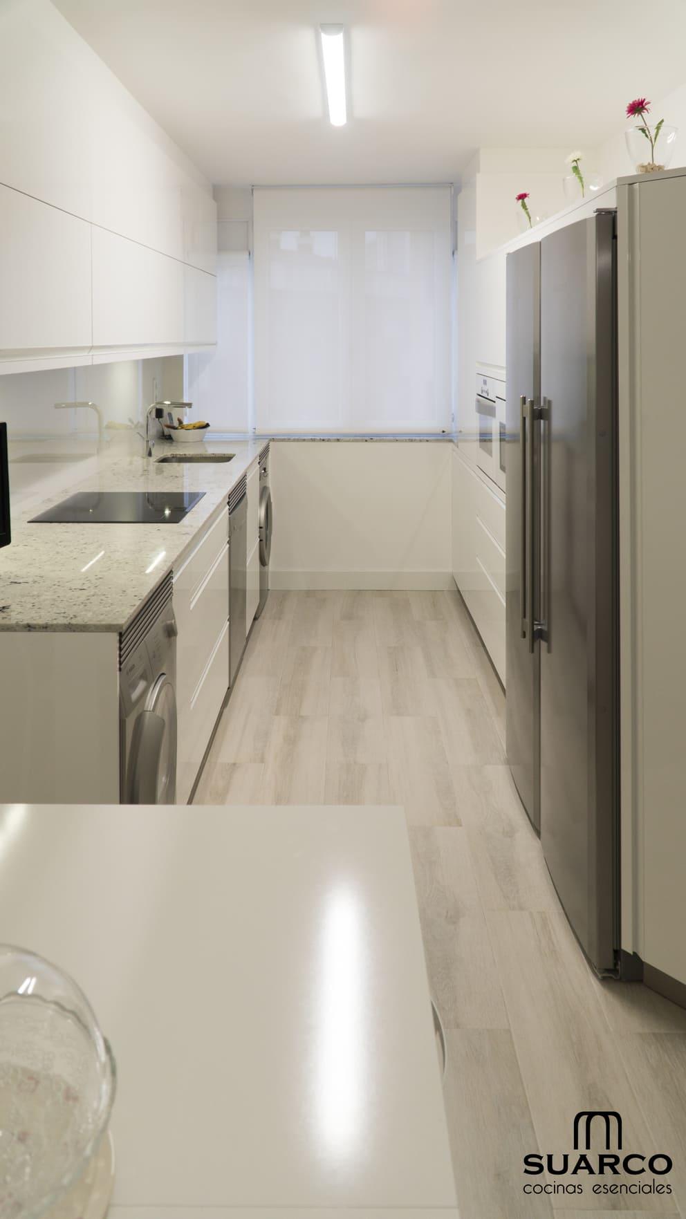 Cocina blanca con encimera de granito  Cocinas Suarco
