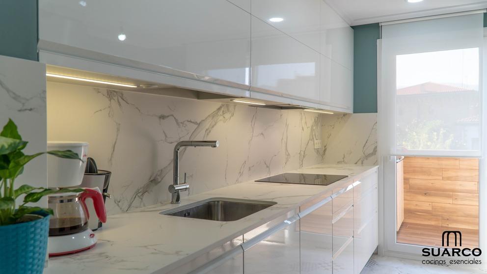 Cocina moderna blanca encimera dekton aura  Cocinas Suarco Fabrica y Diseo de Cocinas