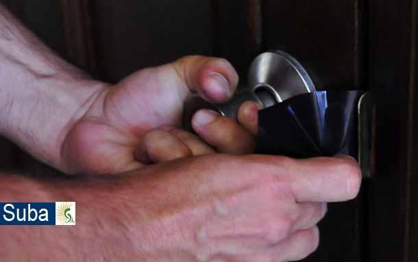 En la localidad de Suba ladrón prueba llaves en casas y locales para ver en cual tiene suerte