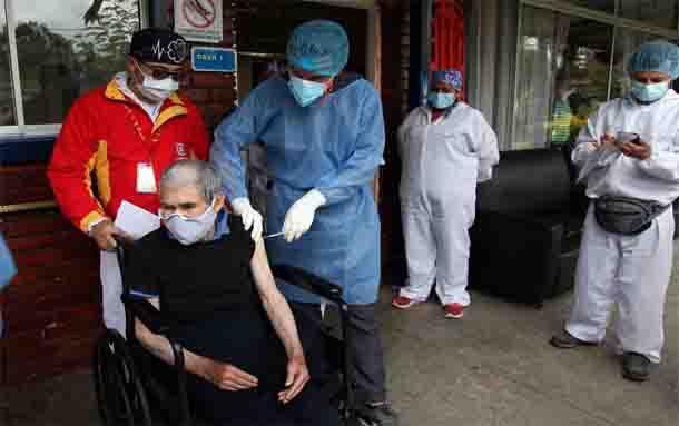 Inició proceso de vacunación a personas mayores de 80 años en Bogotá
