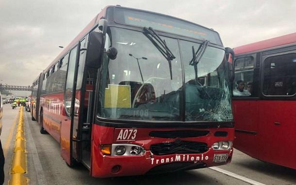 Accidente de Transmilenio con una camioneta, deja seis personas heridas