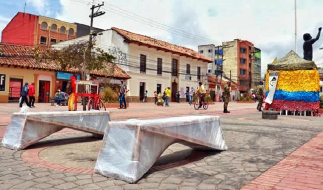 Después de 20 años, Soacha renueva las bancas del parque principal