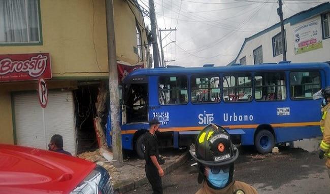 SITP se choca con una casa en Engativá, y deja 3 personas heridas