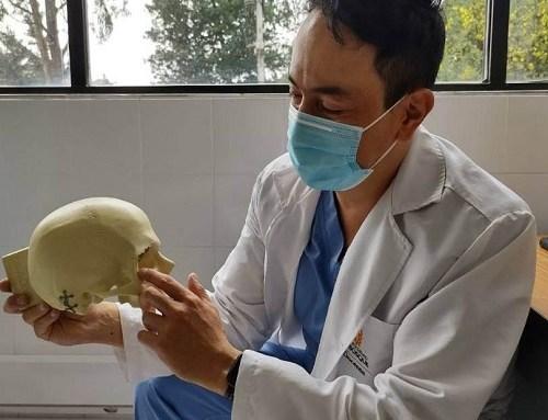 Con sistema 3D médicos del Simón Bolívar implantan prótesis de oreja a un joven
