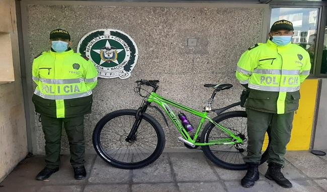 Policía del CAI Aures recupera de bicicleta en el sector de puente veintiuno ángeles en Suba