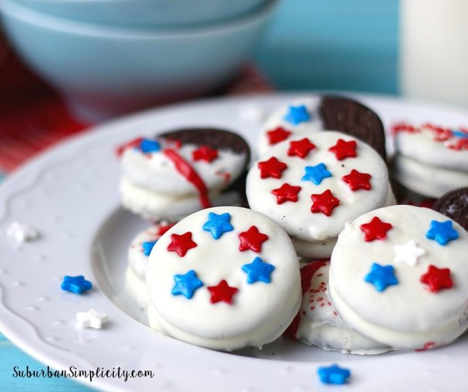 Looking for an easy red, white and blue treat for your Memorial Day or 4th of July BBQ, picnic or potluck? Then you have to try these chocolate dipped Patriotic Oreos! Pretty and delicious!