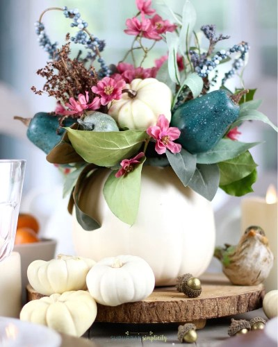 Inexpensive and easy Thanksgiving Table Decorations that you can customize for your home. Set a beautiful tabletop with these simple and stunning Thanksgiving DIY ideas! #Thankgivingdecor