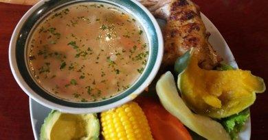 Plato que contiene un delicioso caldo de gallina guatemalteco con elote, zanahoria, wicoy, aguacate y tortillas, ideal para un almuerzo en familia