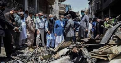Escena de escombros de un accidente aéreo en Pakistán.