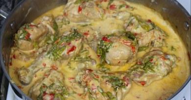 plato de comida típica guatemalteca, pollo en crema y loroco