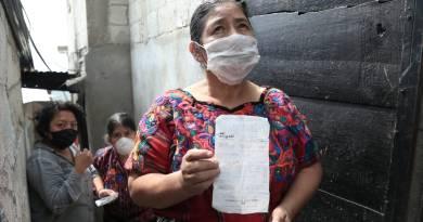 indígena guatemalteca recibe su recibo de luz marcado con el bono familiar