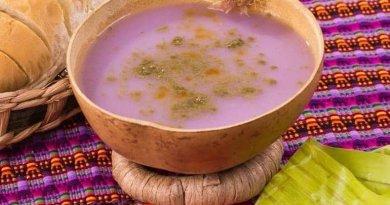 Atol Shuco bebida de la gastronomía guatemalteca, su sabor es algo ácido y es de color lica, se acompaña de chile y frijoles negros.